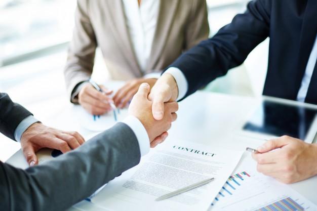 apreton-de-manos-en-primer-plano-de-ejecutivos_1098-1384