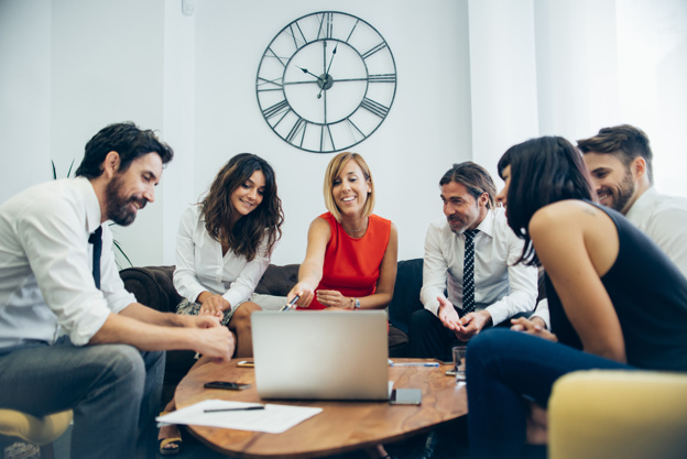 gente-de-negocios-divirtiendose-en-la-reunion_23-2147577255